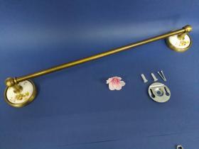 Accesorios baño en latón y porcelana 84 - Toallero barra pared Dor cuero
