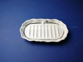 Accesorios baño de encimera en porcelana 5691 - Jabonera de porcelana lazo filo cromo