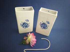 Complementos de baño 6018 - Humidificador de porcelana decorada flor azul 2 unidades